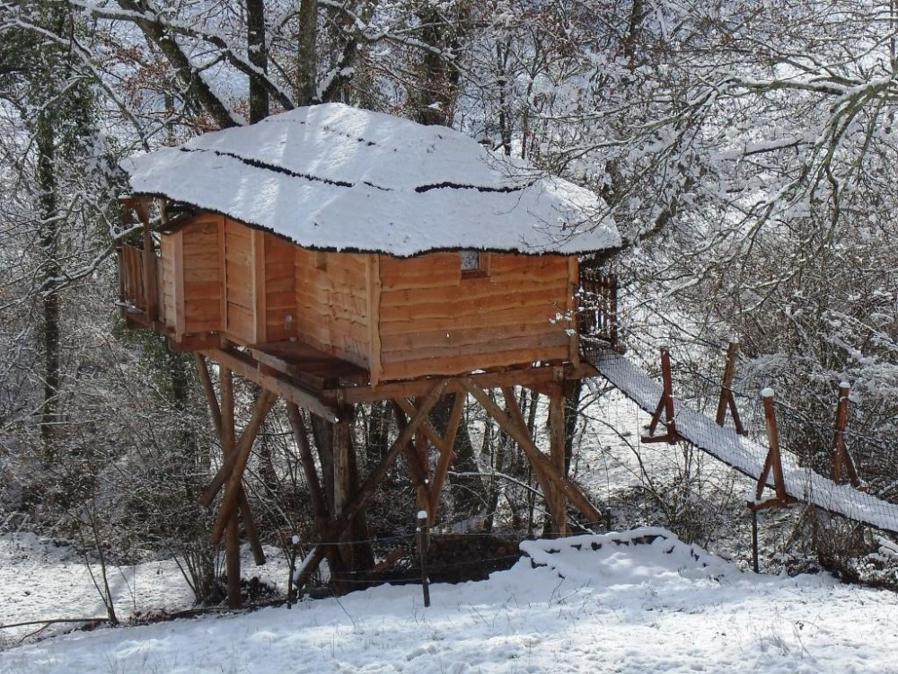Cabane de luxe à Pau au dessus du ruisseau en hiver