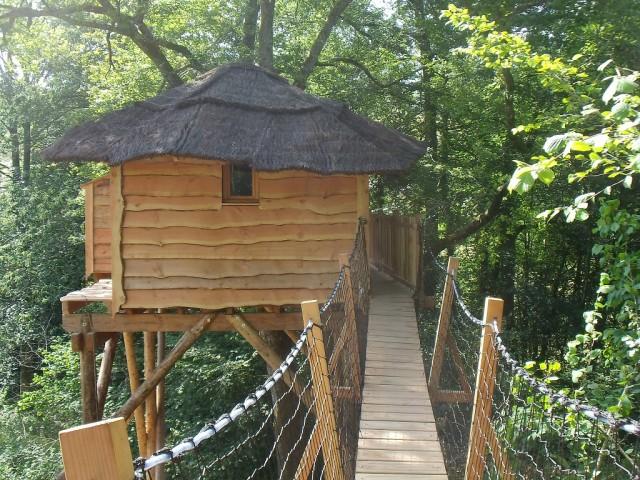 Accès par un pont suspendu à la cabane du ruisseau
