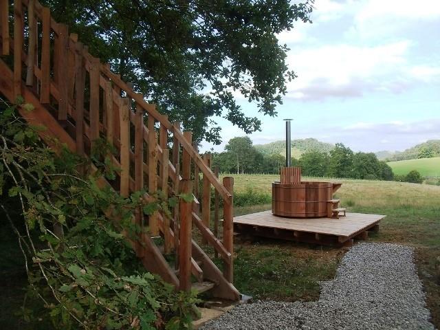 Cabane et spa. Week end en cabane entre Toulouse et Biarritz: Spa sur terrasse bois cabane du Haut
