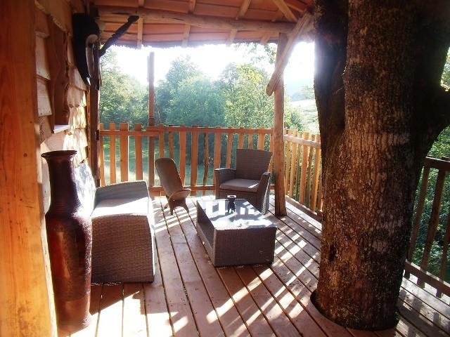 Reserver une cabane de luxe. Terrasse de la case du ruisseau